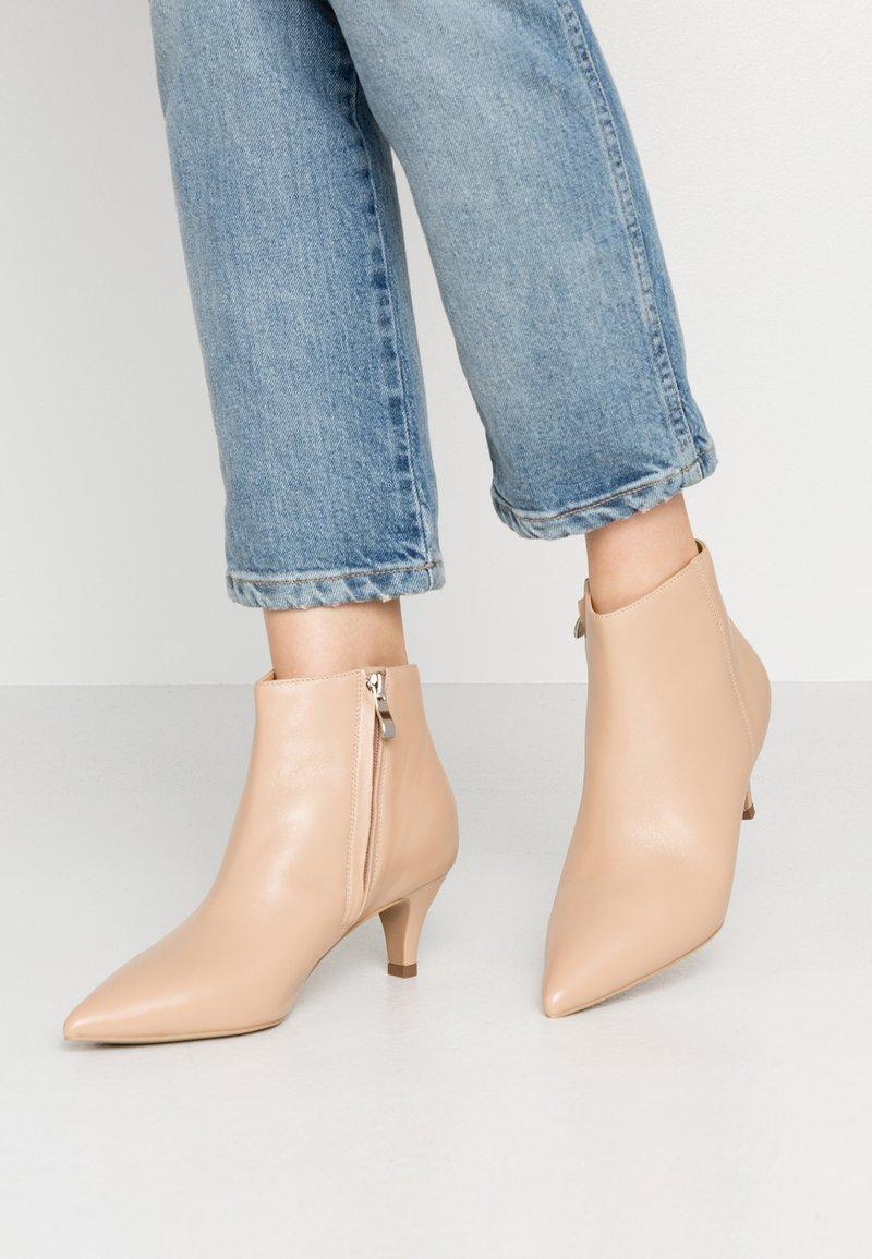 Siren - KINKY - Ankelstøvler - nude