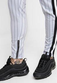 SINNERS ATTIRE - PINSTRIPE - Pantalones deportivos - grey - 4