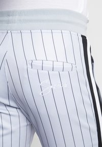 SINNERS ATTIRE - PINSTRIPE - Pantalones deportivos - grey - 6