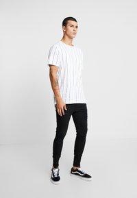 SINNERS ATTIRE - REPAIR JEANS - Jeans Skinny Fit - black - 1