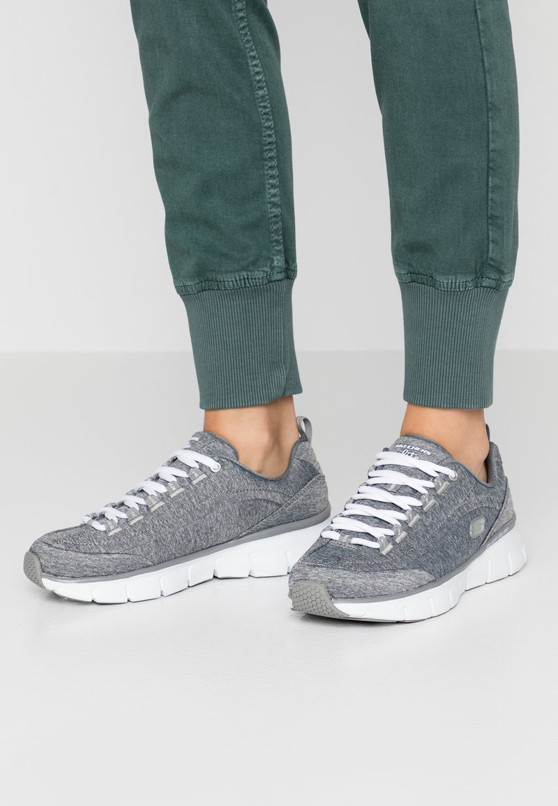 Skechers - SYNERGY STELLBOUND - Zapatillas - grey