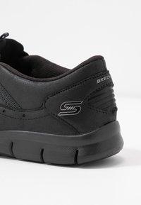 Skechers - GRATIS - Nazouvací boty - black - 2