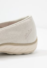 Skechers - BREATHE-EASY RELAXED FIT - Ballerinat nilkkaremmillä - natural soft/taupe - 2