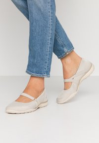 Skechers - BREATHE-EASY RELAXED FIT - Ballerinat nilkkaremmillä - natural soft/taupe - 0