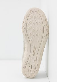 Skechers - BREATHE-EASY RELAXED FIT - Ballerinat nilkkaremmillä - natural soft/taupe