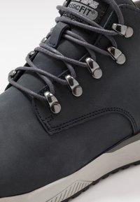 Skechers - FELANO - Sneakersy wysokie - navy - 5