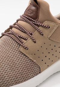 Skechers - DELSON - Półbuty wsuwane - light brown - 5