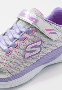 Skechers - MOVE 'N GROOVE - Tenisky - silver sparkle/lavender/multicolor - 2