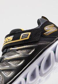 Skechers - HYPNO-FLASH 3.0 - Tenisky - black/yellow - 5