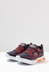 Skechers - FLEX-GLOW - Sneaker low - navy/red - 2