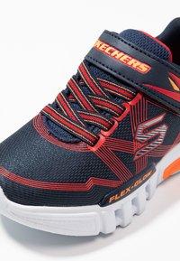 Skechers - FLEX-GLOW - Sneaker low - navy/red - 5