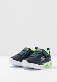 Skechers - FLEX-GLOW - Tenisky - black/blue/lime - 2