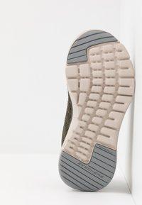 Skechers - FLEX ADVANTAGE 3.0 - Tenisky - olive/white - 5