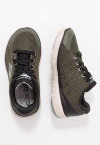 Skechers - FLEX ADVANTAGE 3.0 - Tenisky - olive/white - 0