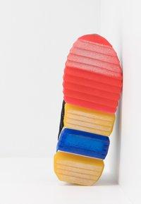 Skechers - SKECH-JETZ - Tenisky - black/royal/multicolor - 5