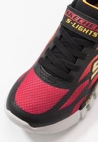 Skechers - FLEX-GLOW - Tenisky - black/red/orange - 5