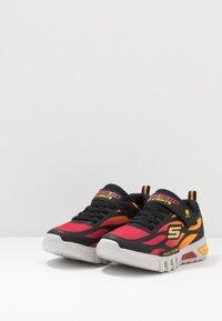 Skechers - FLEX-GLOW - Tenisky - black/red/orange - 2