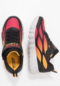 Skechers - FLEX-GLOW - Tenisky - black/red/orange - 1