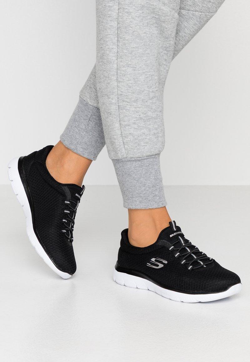 Skechers Sport - SUMMITS - Slipper - black/white
