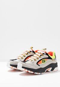 Skechers Sport - STAMINA - Sneakers laag - gray/orange/yellow/black - 4