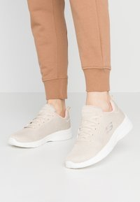 Skechers Sport - DYNAMIGHT 2.0 - Joggesko - natural/coral - 0