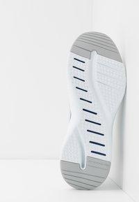 Skechers Sport - SOLAR FUSE - Zapatillas - white/blue - 4