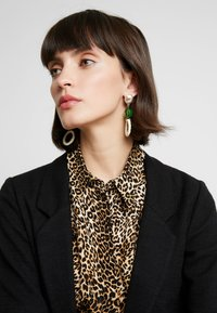 Skinnydip - STRAW GEM DROP EARRING - Korvakorut - green