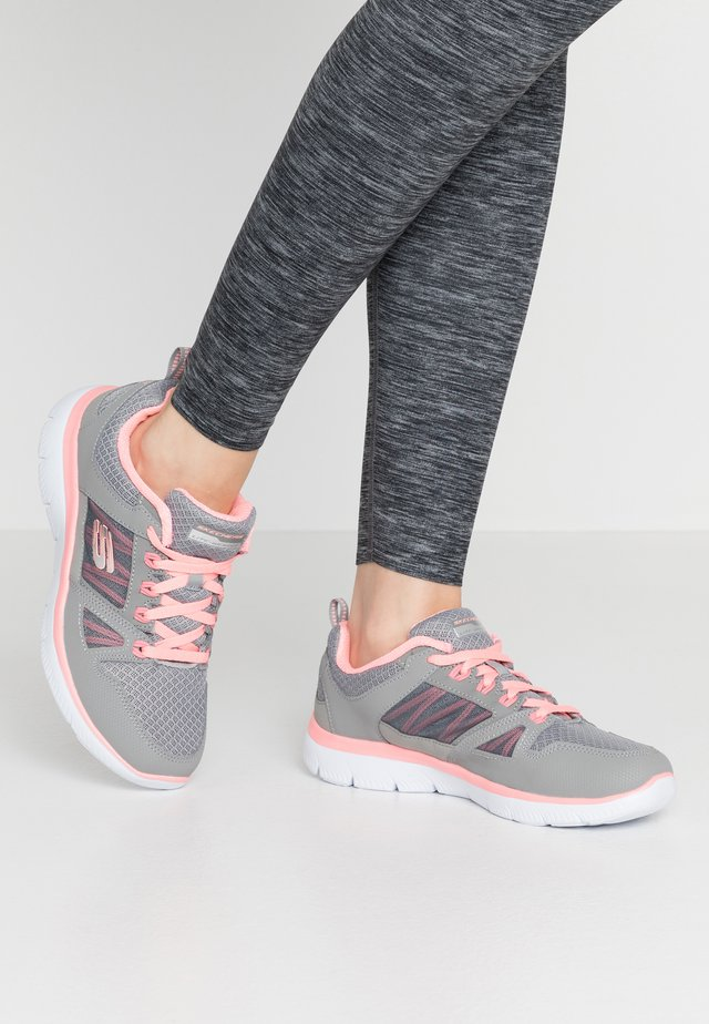 SUMMITS WIDE FIT - Sneakers laag - gray/coral
