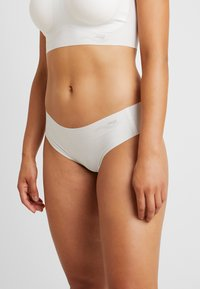 Sloggi - FEEL TANGA - Braguitas - off-white - 0
