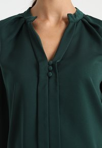 Slacks & Co. - PUFF SHOULDER V NECK BLOUSE - Pusero - emerald green - 4
