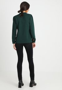Slacks & Co. - PUFF SHOULDER V NECK BLOUSE - Pusero - emerald green - 2