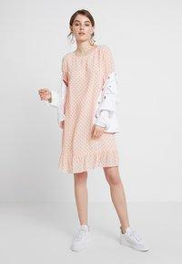 Storm & Marie - SHADY - Sukienka letnia - peach melba - 1