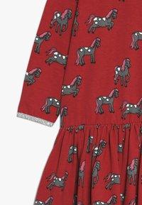 Småfolk - DRESS WITH HORSES - Vestito di maglina - dark red - 3