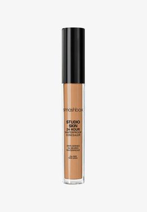 STUDIO SKIN FLAWLESS 24 HOUR CONCEALER 8ML - Correcteur - ac6b39- medium dark warm golden