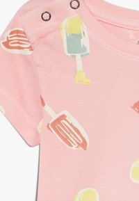 Smitten Organic - TEE BABY ZGREEN - Print T-shirt - powder pink - 3