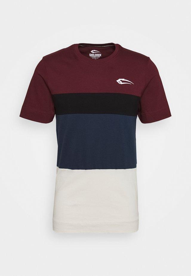 UNITY REGULAR - T-shirt med print - rot/schwarz