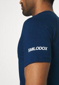 Smilodox - SLIM FIT - Triko spotiskem - blau - 4