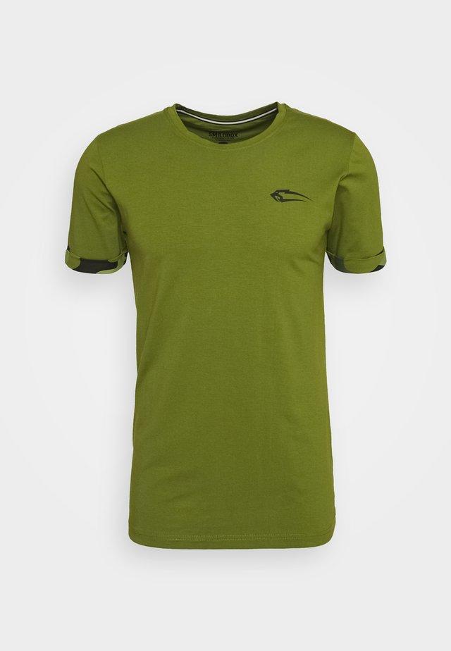 T-shirt z nadrukiem - grün/schwarz