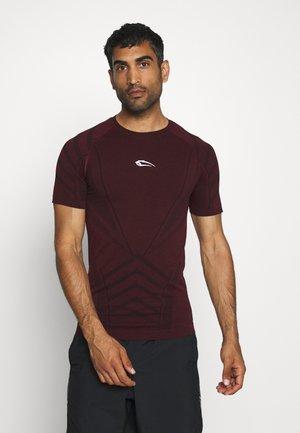 SEAMLESS SPYDER - Print T-shirt - bordeaux