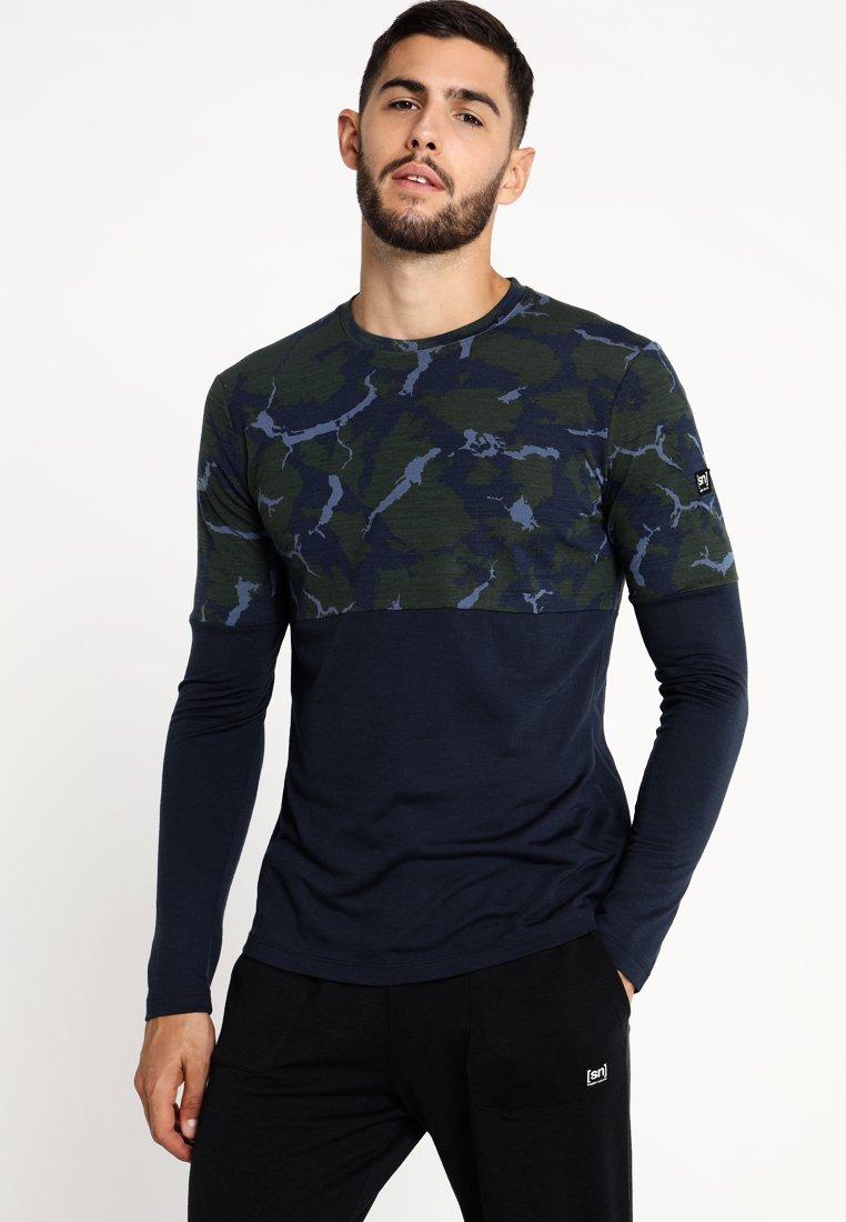 super.natural - MOUNTAIN  - T-shirt de sport - duffel bag /navy blazer