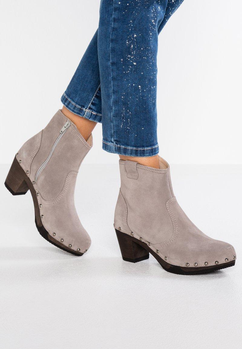 Softclox - GLORIA - Platform ankle boots - wheat