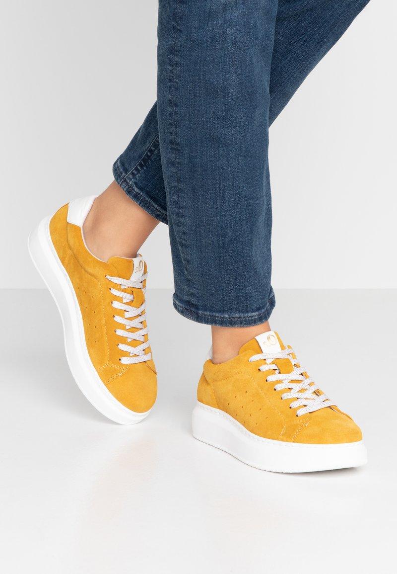 s.Oliver - Sneaker low - saffron