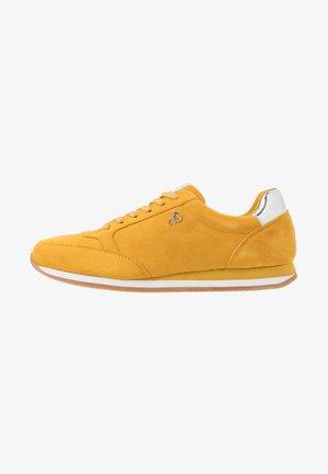 Sneakers - saffron