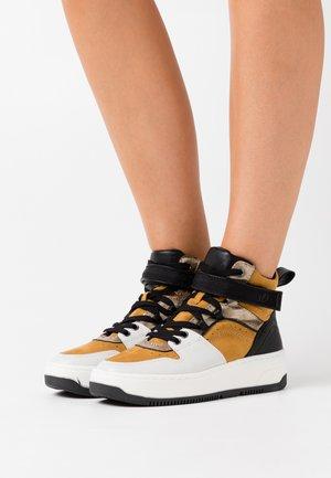 Sneaker high - saffron