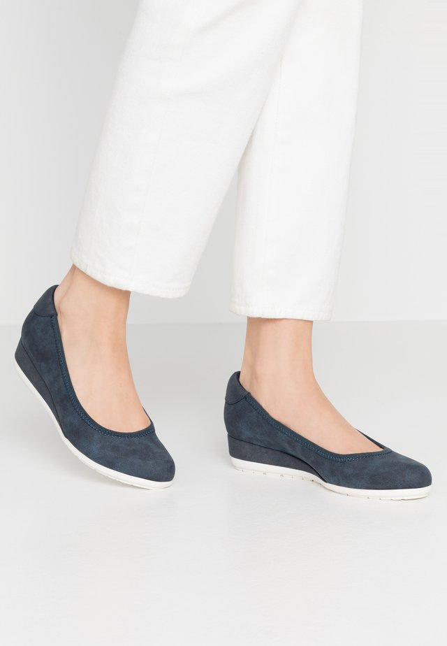 Pumps med kilklack - navy