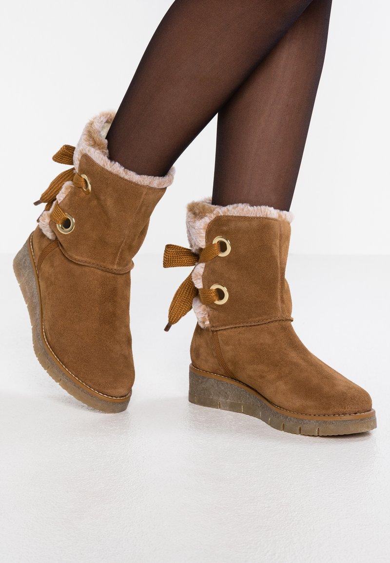 s.Oliver - Kotníkové boty na platformě - cognac