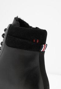 s.Oliver - Kotníkové boty na platformě - black - 2