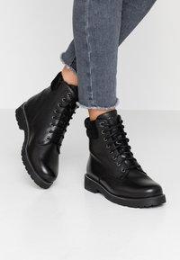 s.Oliver - Kotníkové boty na platformě - black - 0