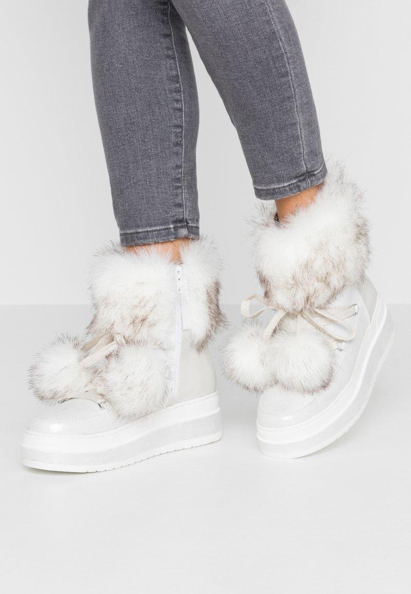 s.Oliver - Kotníkové boty na platformě - silver glitter