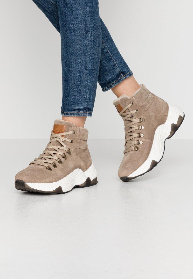 s.Oliver - BOOTS - Korte laarzen - taupe